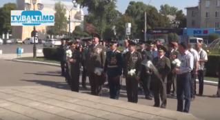 Возложение цветов к  памятнику Штефана Чел Маре посвященной25 летию Национальной Армии РМ в Бельцах