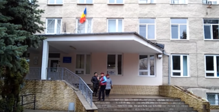 На одном из столичных избирательных участков граждане голосуют под флагом Румынии