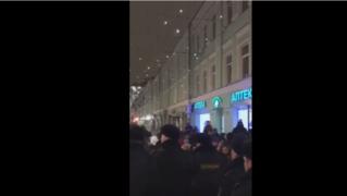 На участках в Москве закончились бюллетени, протестующих окружил ОМОН