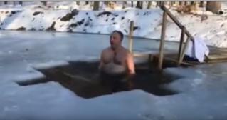 Игорь Додон окунулся в прорубь на Крещение