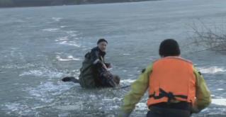 Scafandrii au salvat un bărbat