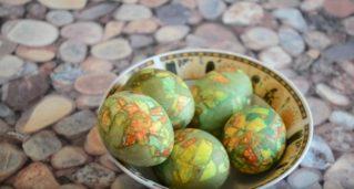 Как покрасить ЯЙЦА НА ПАСХУ в луковой шелухе и ткани КРАСИВО? Оригинальные пасхальные яйца.