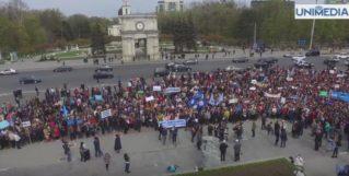Sute de profesori din toată țara au protestat. Cer majorarea salariilor cu 50%