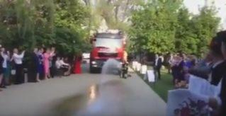 Пресс-секретарь Пожарной службы приехала на собственную свадьбу на пожарном автомобиле