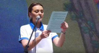 Елена Грицко зачитывает Резолюцию митинга «За свободную Молдову» в Комрате