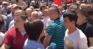 Потасовку на митинге из-за журналистов сняли на видео в Кишиневе