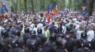 У парламента проходит акция протеста против сговора Плахотнюка и Додона 20.07.2017