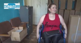 Инвалидные кресла получили нуждающиеся в них