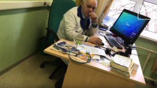«Он же людей все‐таки лечит»: пьяный в хлам врач вел прием в московской поликлинике