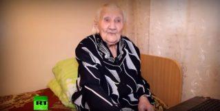 «Я как залезу, что мне помогают оттуда вылезти»: в 101 год бабушка «подсела» на Интернет