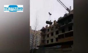 Muncitor neinfricat pe un santier de constructii din capitala