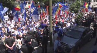«Плахотнюк – это война!». Тысячи людей протестовали против обострения отношений с Россией