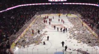 Канадские поклонники хоккея забросали лед тысячами плюшевых мишек